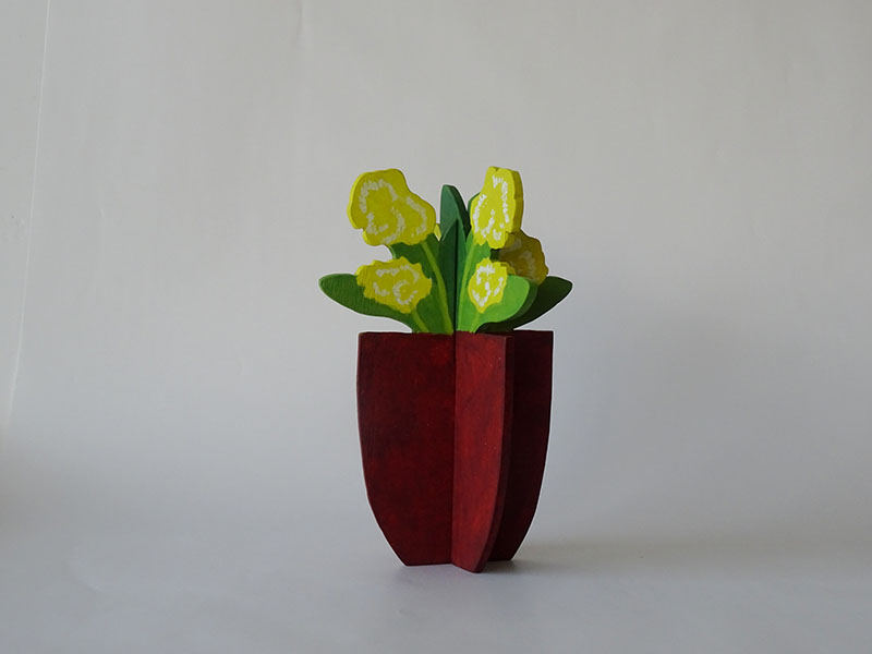 plantje  geel, hout, 21 x 14 x 14, € 55,-